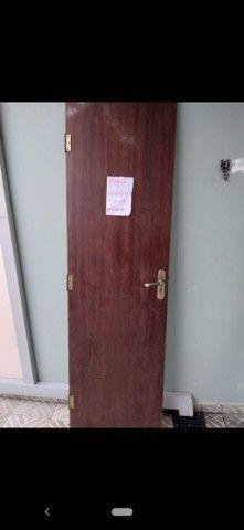 Vendo portas e janelas de madeira com vidros - Foto 2