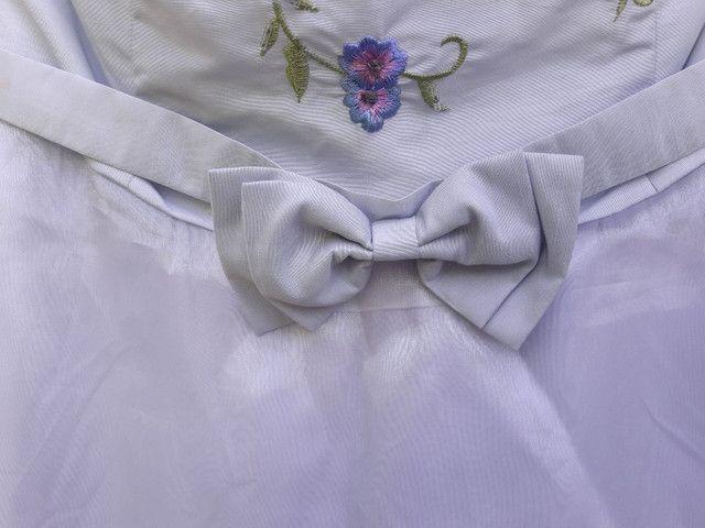 Vestido de festa azul claro com flores bordadas - Foto 3