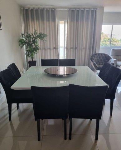 Mesa laca branca com 8 cadeiras veludo preto e detalhes espelhados