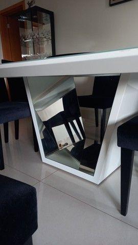 Mesa laca branca com 8 cadeiras veludo preto e detalhes espelhados  - Foto 4
