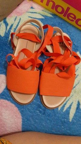 Bota cano curto da Valentine, é sandália de amarrar da Grendene.