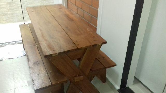 Mesa em madeira Cambará com 2 bancos