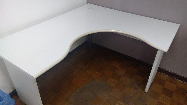 3 Mesas em formato de L - medida 1,20 por 1,40 - R$ 250.00
