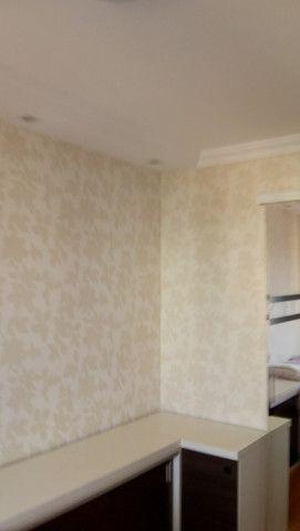 Pintura e colocação de papel de parede
