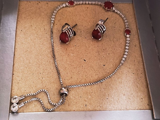 Conjunto pulseira + brincos em gota, cravejada com zircônia e pedra rubi (vermelha).