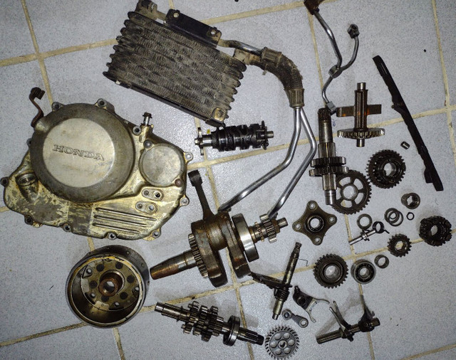 Várias peças do motor XR300