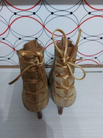 Três pares de bota em couro
