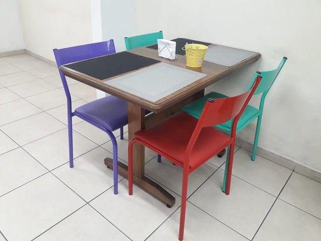 Mesa de madeira maciça, cadeiras ferro com estofado - Foto 2