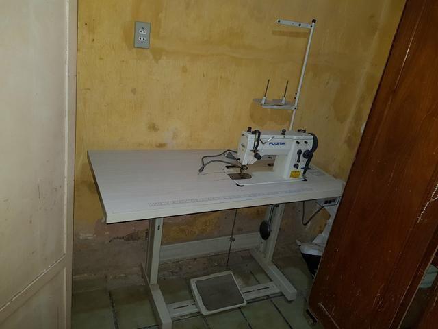 Máquina de costura Industrial completa com mesa e motor