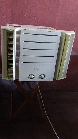 Vendo esse ar condicionado gelando bem super bem 220v7.500 - Foto 2