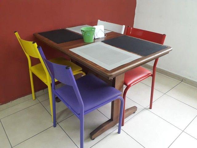 Mesa de madeira maciça, cadeiras ferro com estofado