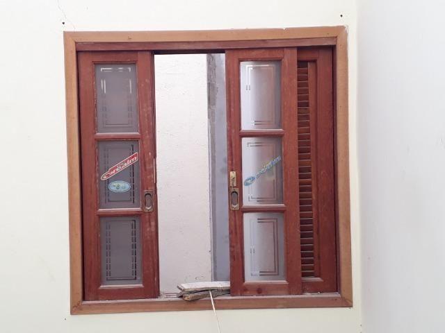 Janetas e porta de madeira