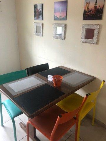 Mesa de madeira maciça, cadeiras ferro com estofado - Foto 4