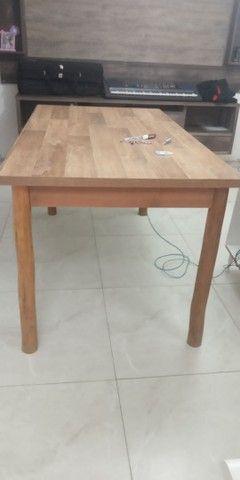Mesa de Mdf com pés de madeira maçiça de Eucalipto