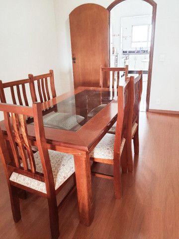 Mesa com tampa de vidro e  6 cadeiras.