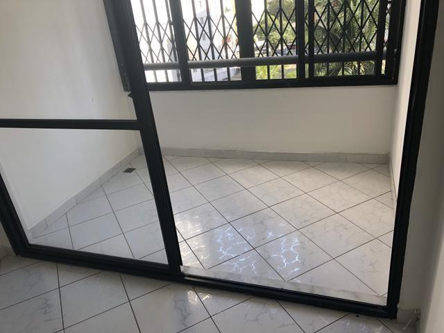 Apartamento 2/4 com dependência, reversível 3/4, localizado - Foto 2