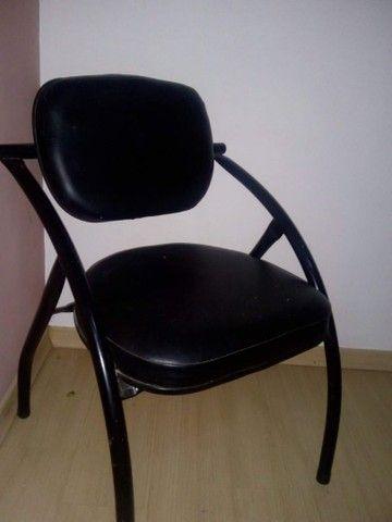 Cadeira confortável e banco de madeira