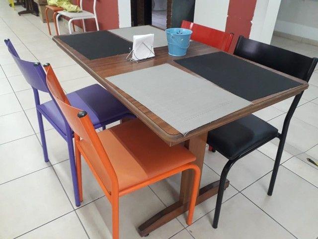 Mesa de madeira maciça, cadeiras ferro com estofado - Foto 3