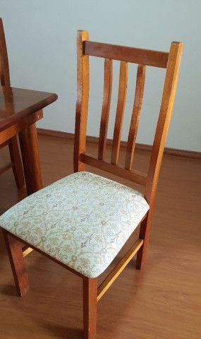 Mesa com tampa de vidro e  6 cadeiras. - Foto 3