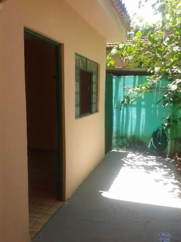 Casa de fundo com sala, 2 quartos, WC, copa cozinha, a/serviço com churrasqueira