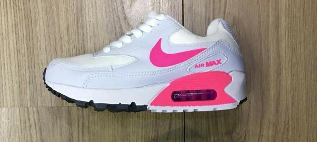 ba09af8ed13 Tênis Nike Air Max 90 - Feminino - Roupas e calçados - Vila Jau