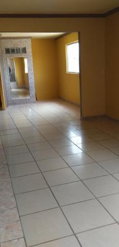 Casa muito ampla e arejada com garagem e 2 qts - Foto 8