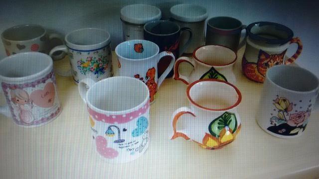Xícaras, pires e pratinho, cerâmica pintada a mão e industrial