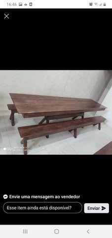 Mesas com bancos e cadeiras