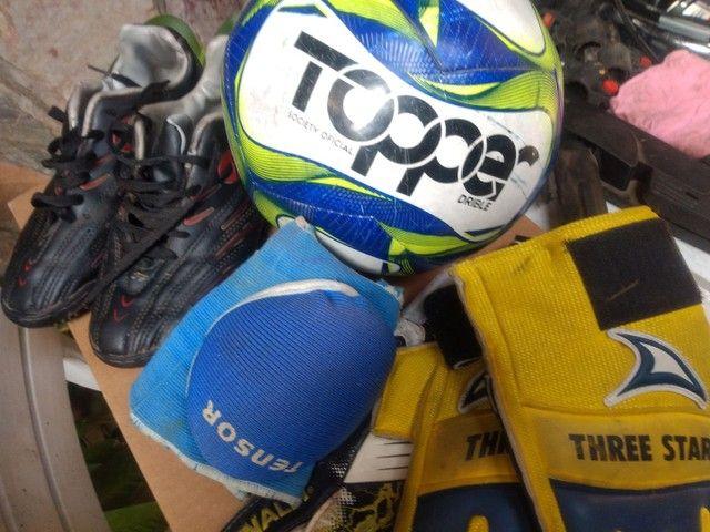 Kit futebol socyte tênis 38 bola luvas - Foto 2
