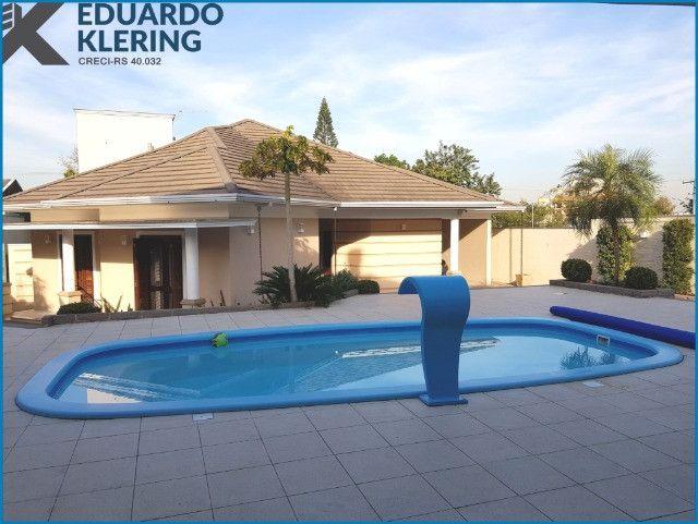 Casa de Alto Padrão, com 3 dormitórios, 3 banheiros, jardim com piscina, 399,48m²