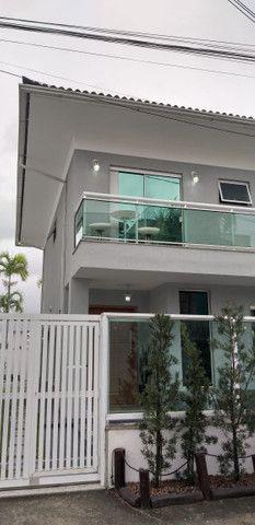 Casa de 3 quartos com suite em condomínio com lavabo, garagem para 4 carros e quintal - Foto 3