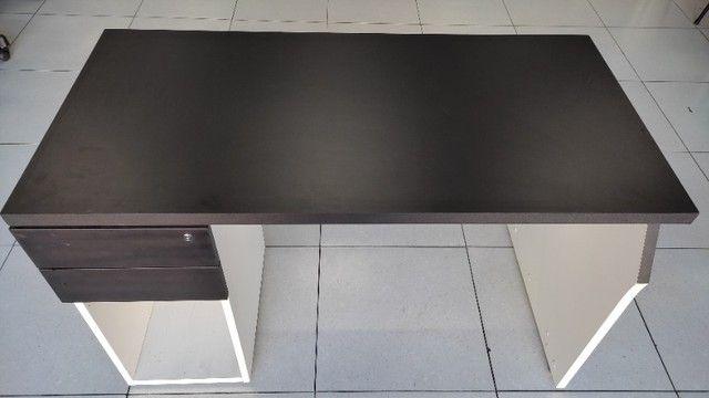 Mesa Escrivaninha com 2 Gavetas 150x60 Preta Semi Nova - Foto 2