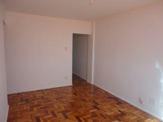 Apartamento com vaga de garagem, composto por sala, 2 quartos, banheiro social, cozinha, á