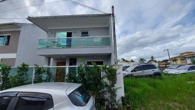 Casa de 3 quartos com suite em condomínio com lavabo, garagem para 4 carros e quintal - Foto 2