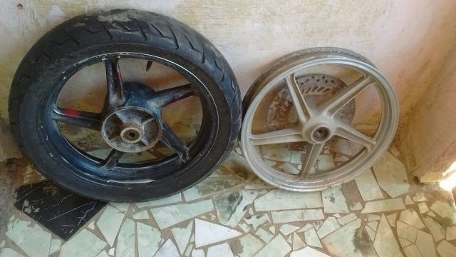 Duas jantes com um pneu aro 17