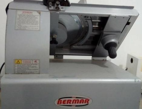 Máquina de cortar frios (queijo e presunto)