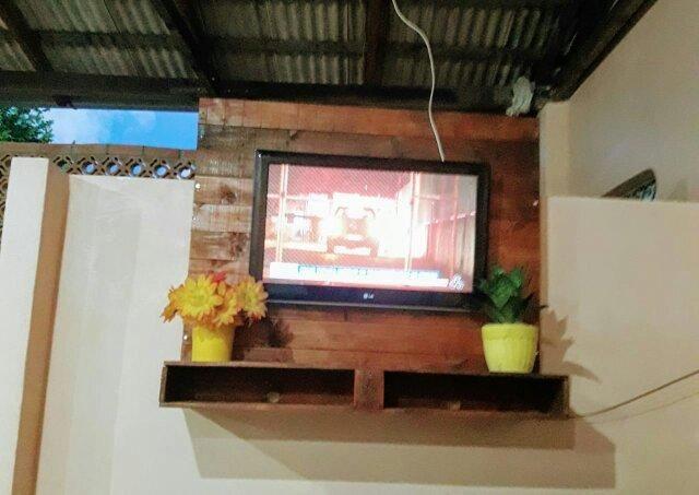 Painel de TV feito de pallet