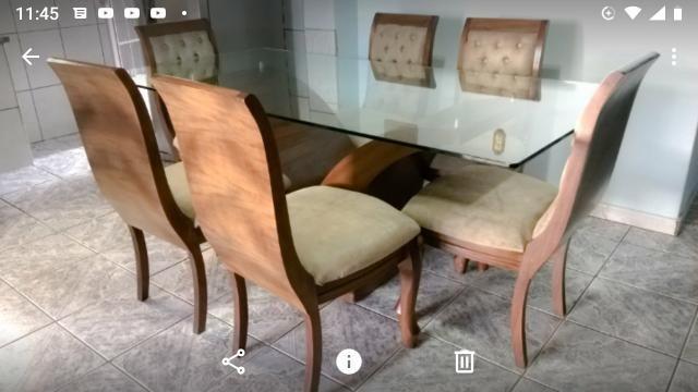 Grande mesa de vidro com madeira
