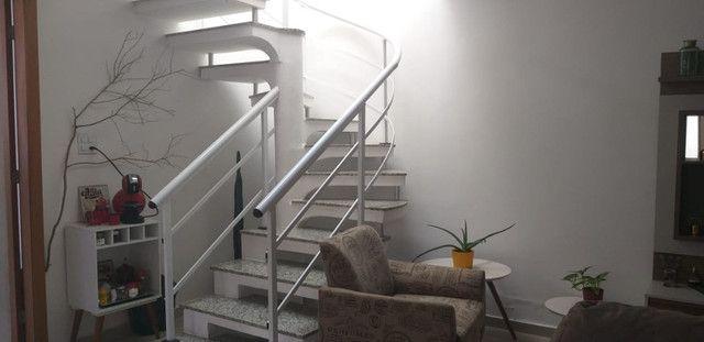 Casa de 3 quartos com suite em condomínio com lavabo, garagem para 4 carros e quintal - Foto 7