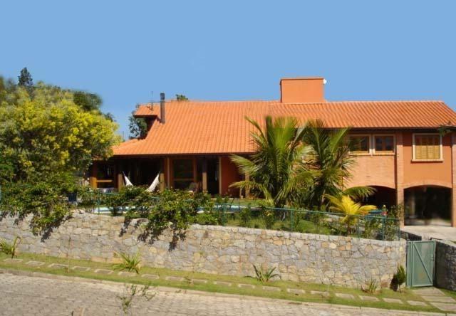 Ampla casa com 4 suítes em condomínio de Alto Padrão