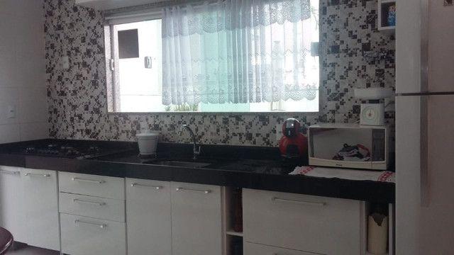 Casa de 3 quartos com suite em condomínio com lavabo, garagem para 4 carros e quintal - Foto 9