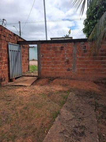 Casa com 02 quartos, sala, cozinha, com dois banheiros  e uma área de serviços