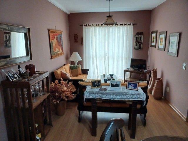 Apartamento com 2 quartos na Ermitage. Prédio com elevador e garagem.