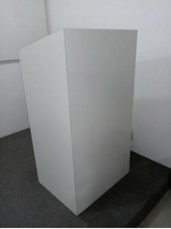 Pulpito branco móvel em MDF, com vidro em ótimo estado de conservação