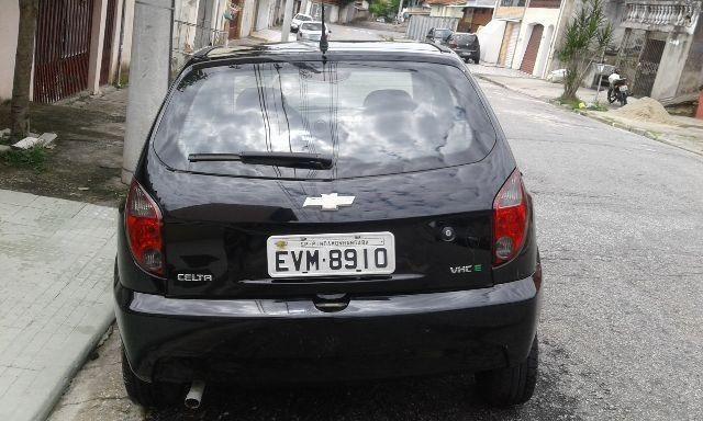 Carro Celta com quatro portas, vidro elétrico e direção hidráulica