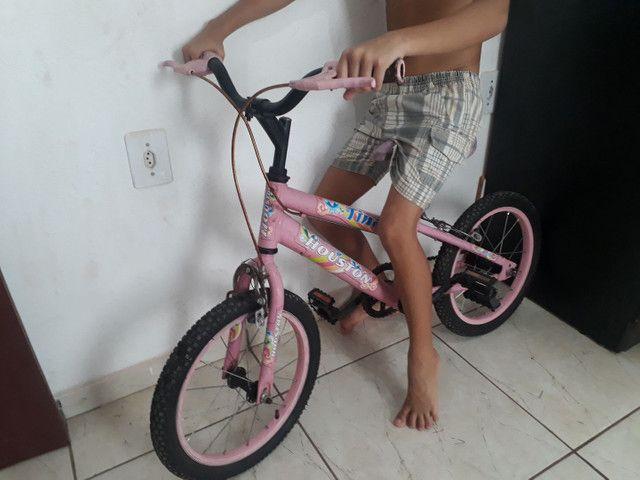 Vende-se uma bicicleta infantil feminina, pra idade de 4 a 7 anos.