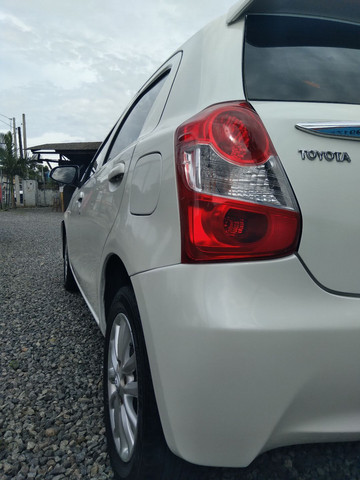 Toyota etios hacht completo 1.3 xs - Foto 2