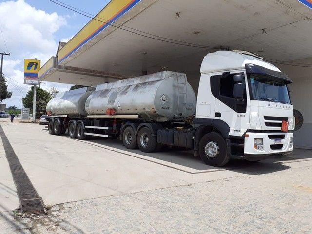 Conjunto caminhão e tanque