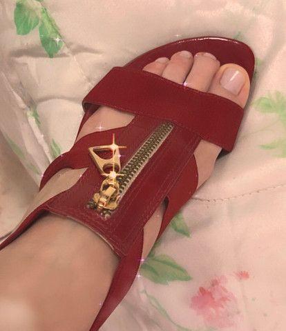 Sandália vermelha com detalhes em dourado  - Foto 2