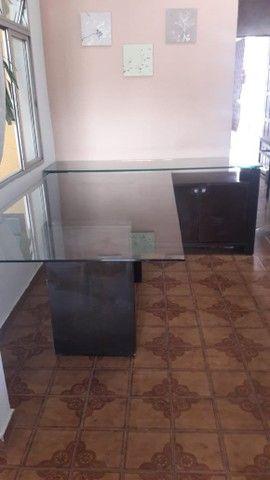 Conjunto de mesa de jantar, 6 cadeiras acochoadas e aparador.